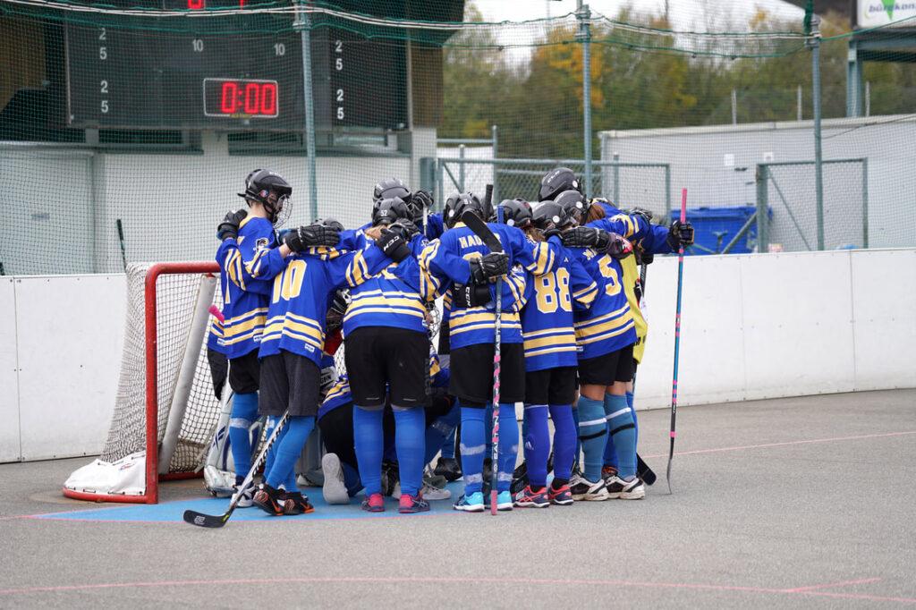 Junioren A beim Zusammenkommen vor Tor vor Spielbeginn